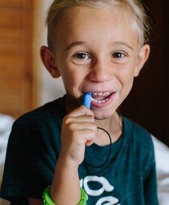 jongen met bijtketting Bite Saber